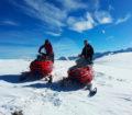 motos-de-nieve-en-pareja