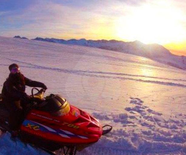motos-de-nieve-puesta-de-sol