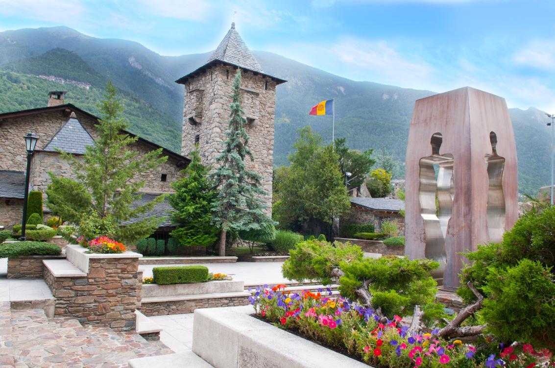 Torre en fachada posterior y Jardines