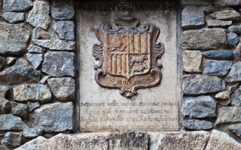 "Escudo de Andorra · Leyenda ""Virtus, Unita, Fortior"""